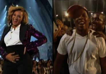 Beyonce Rubs Belly at VMA and admitting Pregnancy